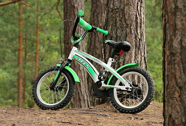 Wyścigi podwórkowe na rowerkach dla dzieci