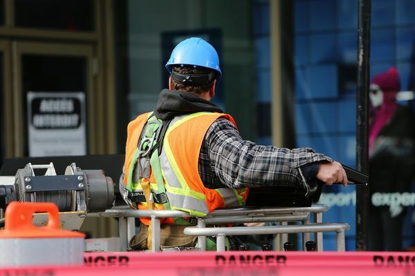 Nadruki na kamizelkach pracowników